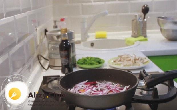 Переложив курицу на отдельную тарелку, выкладываем на сковороду лук.