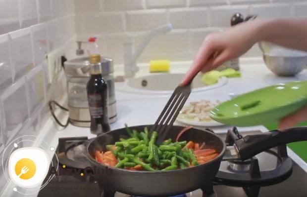 Затем выкладываем на сковороду болгарский перец, а также стручковую зеленую фасоль.