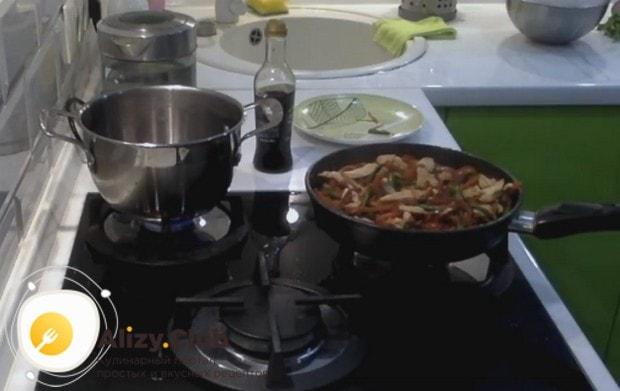 Через несколько минут снимаем сковороду с огня.