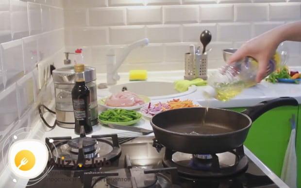 Перекладываем кунжут на отдельную тарелку, а на сковороду наливаем растительное масло.