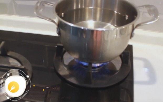 Ставим на огонь в кастрюле воду для лапши.