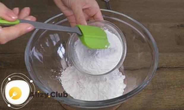 Соединяем в одной миске крахмал тапиоки и рисовую муку.