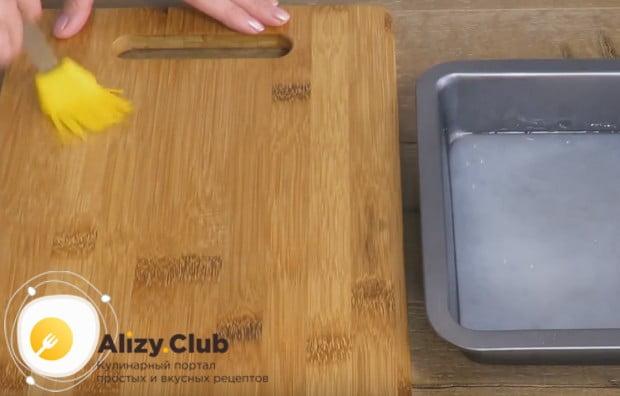 Смазываем растительным маслом удобную рабочую поверхность.
