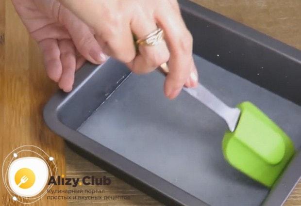 Аккуратно лопаточкой проводим по краю формы, чтобы отсоединить от ее стенок наш рисовый блин.