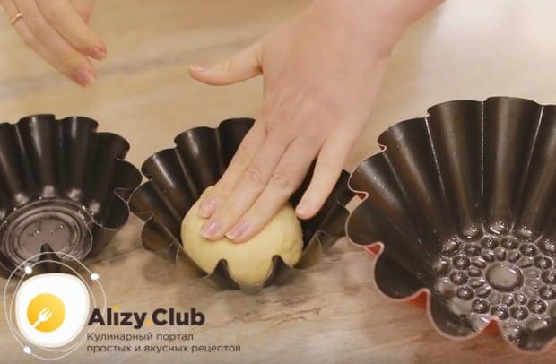 Формы для баб смазываем растительным маслом и вкладываем в них тесто, слегка прижимая его.