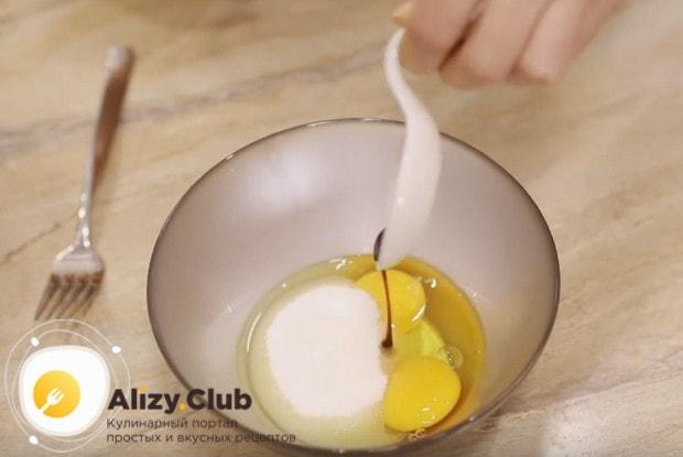 Добавляем к яйцам сахар, а также ванильный экстракт.