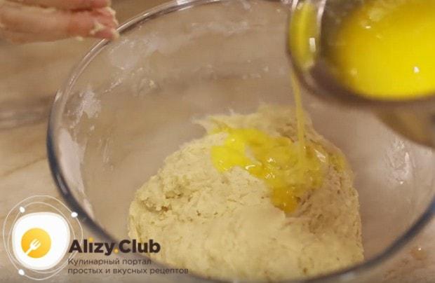 Постепенно вводим в тесто растопленное сливочное масло и тщательно вымешиваем его.