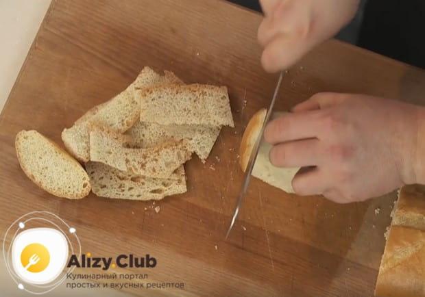 Чтобы приготовить панировку, возьмем черствый хлеб.