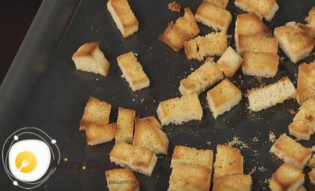 Подсушиваем хлеб в духовке.