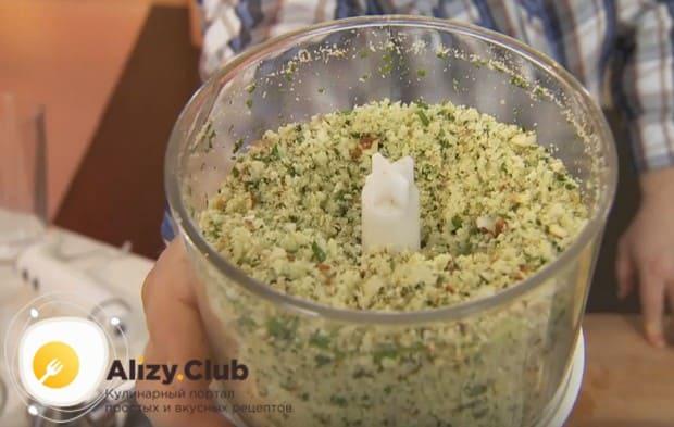 Измельчаем сухари вместе с зеленью и сыром