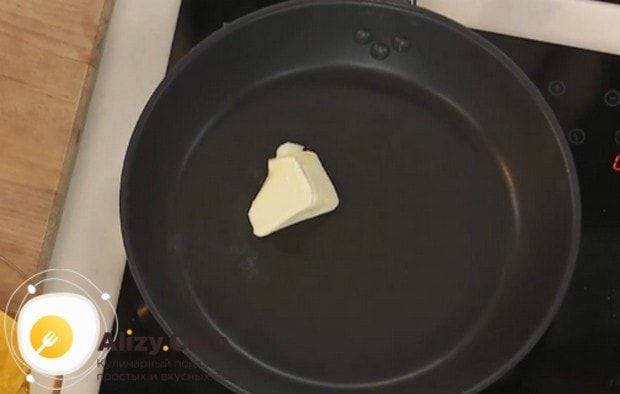 Разогреваем сковороду и кладе кусочек сливочного масла.