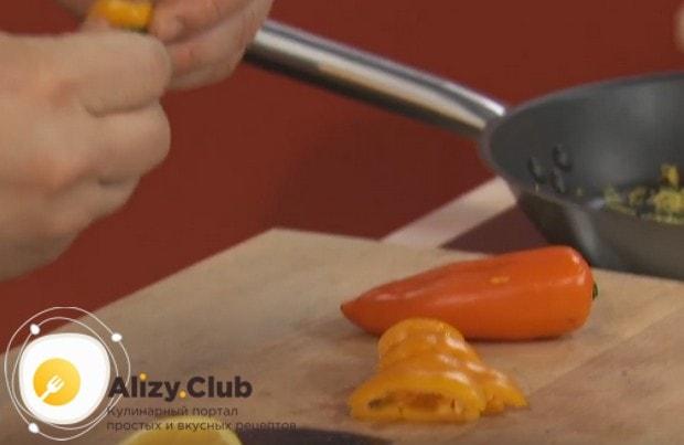 Нарезаем небольшими кусочками болгарский перец.