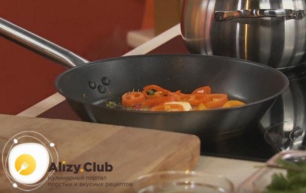 Выкладываем кусочки перца на сковороду.