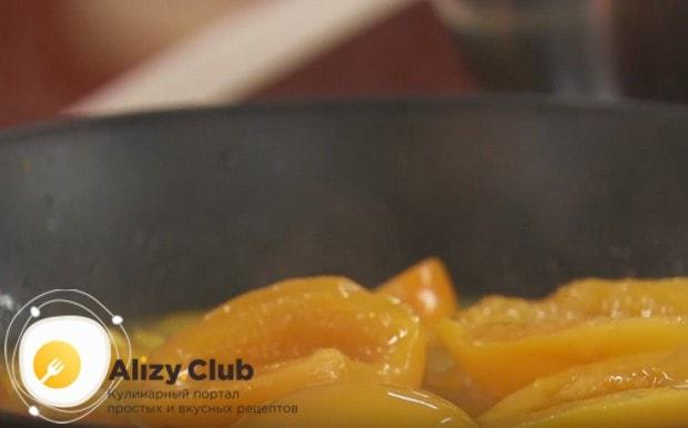 Добавляем на сковороду персики.