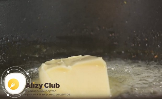 Растапливаем на сковороду сливочное масло, добавляем также растительное.