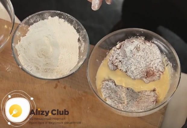 Затем отправляем кусок мяса в смесь яиц и сливок.