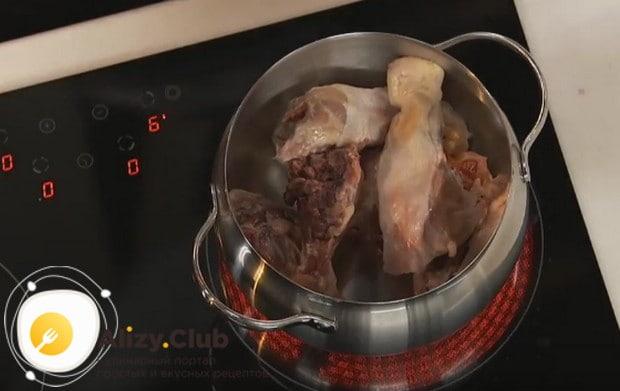 Для приготовления соуса нам понадобится куриный бульон.
