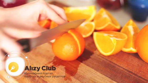 Апельсин разрезаем на 4 части