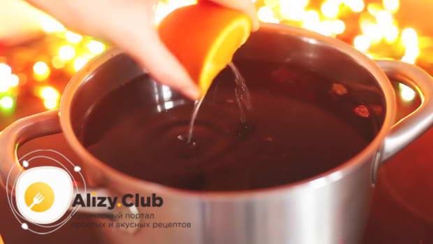 Выжимаем из цитрусовых сок в кастрюлю