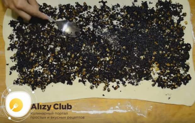 Раскатав тесто тонким пластом, ровным слоем выкладываем на него начинку.