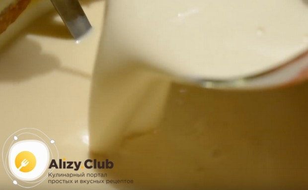 Получившуюся массу выливаем в кастрюлю с топленым молоком.