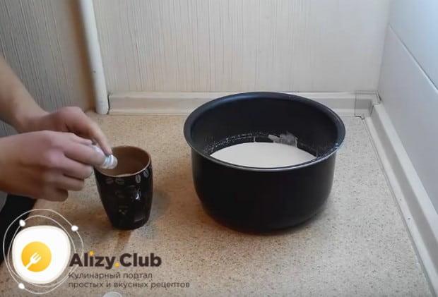 немного молока отливаем в отдельную чашку и добавляем в него закваску, перемешиваем.