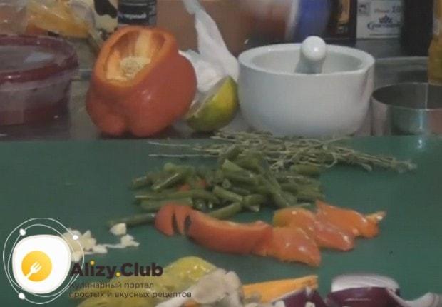 Нам понадобится также нарезанный соломкой болгарский перец.