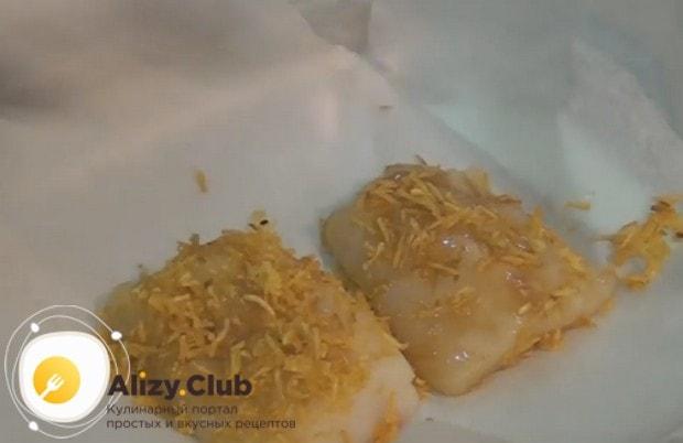 Панируем филе рыбы в картофельной стружке и выкладываем на застеленный пергаментом противень.
