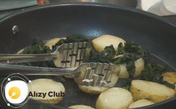 Добавляем к картофелю шпинат, солим.