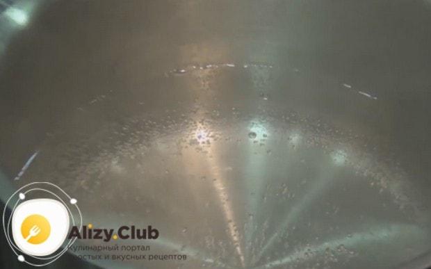 Ставим на огонь воду кастрюле для приготовления яйца пашот.