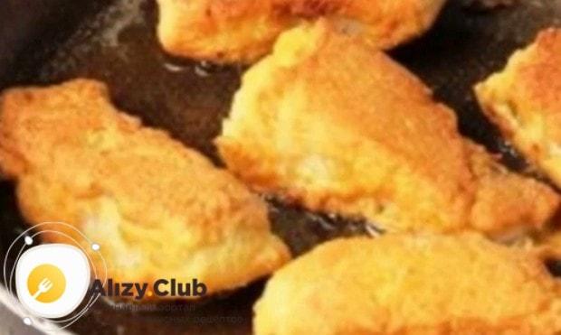 Обжариваем рыбу ан сковороде до золотистого цвета.