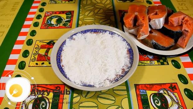 Для приготовления рыбы под морковью и луком в духовке, приготовьте панировку