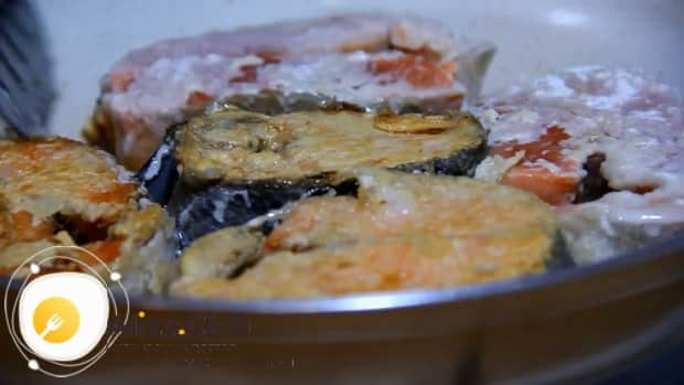 Для приготовления рыбы под морковью и луком в духовке обжарьте рыбу
