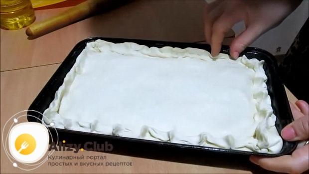 По рецепту для приготовления пирога с сайрой и рисом накройте начинку тестом
