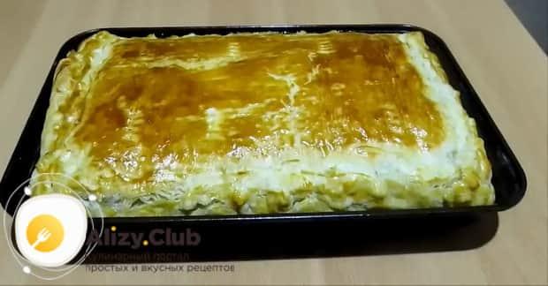 По рецепту для приготовления пирога с сайрой и рисом разогрейте духовку