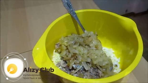 По рецепту для приготовления пирога с сайрой и рисом приготовьте начинку