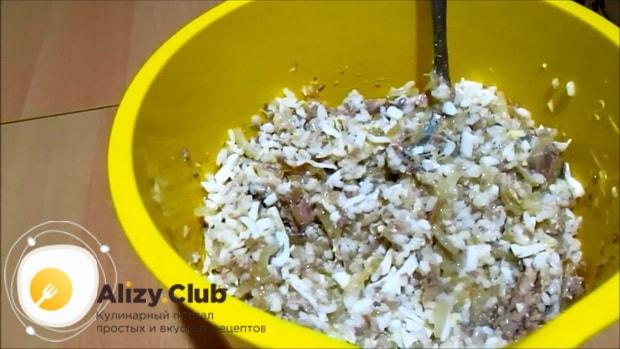 По рецепту для приготовления пирога с сайрой и рисом посолите начинку