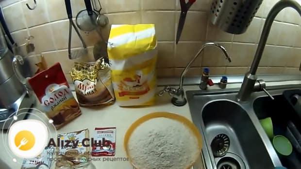 По рецепту для приготовления ржаного хлеба на закваске, просейте муку