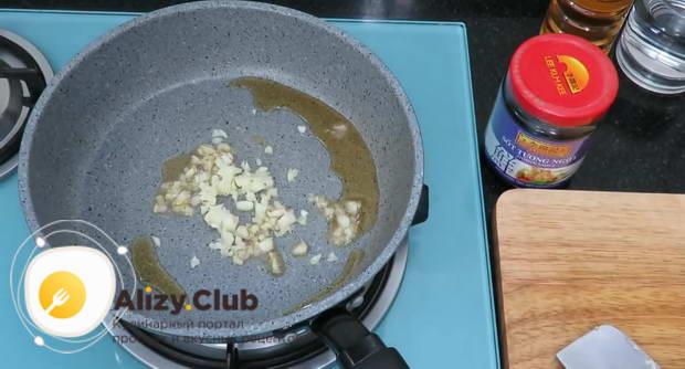 Для приготовления соуса разогрейте сковороду