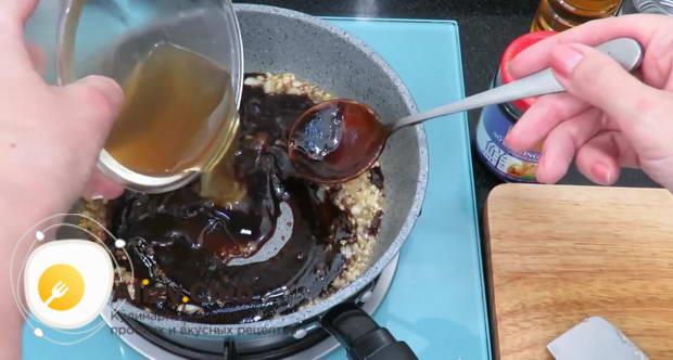 Выложите в сковороду 3-4 столовые ложки соуса Хой Син и вылейте маринад