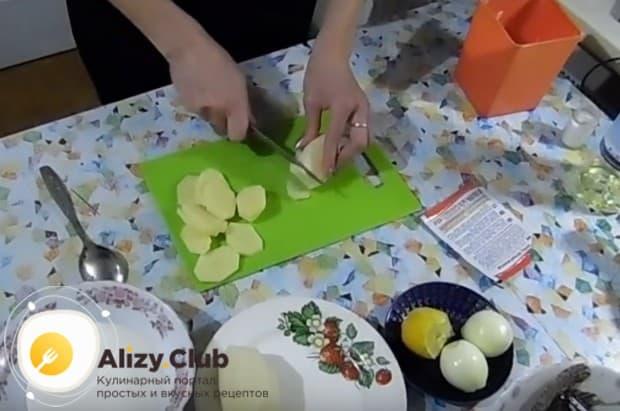 Тонкими кружочками нарезаем картофель.