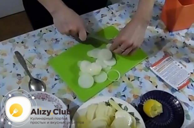 Кольцами режем лук.