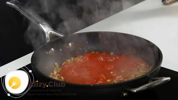 пропустить через мясорубку, измельчить в блендере или натереть на терке крупный помидор