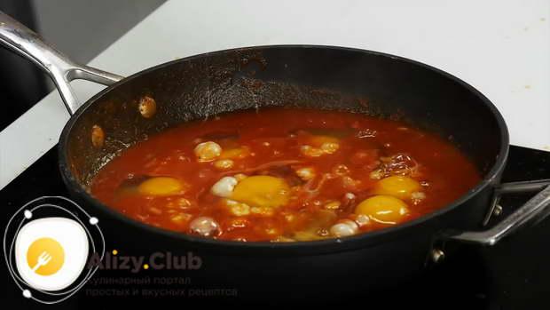 Добавить 6 сырых куриных яиц