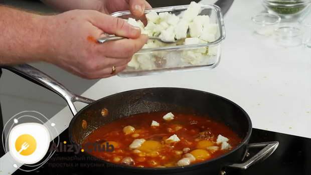отправить нарезанных кусочками 100-150 г сыра фета или брынзы