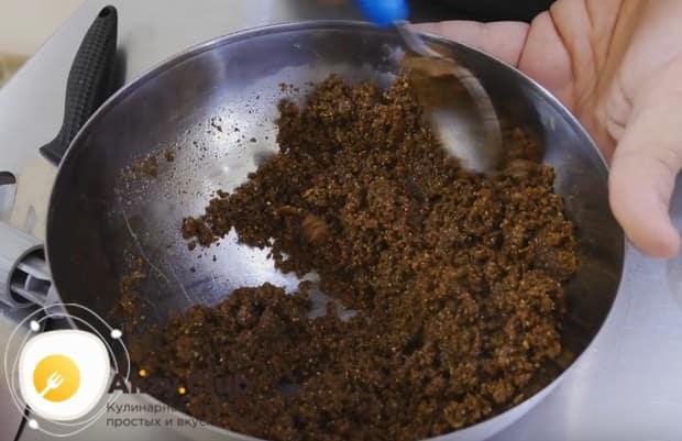 Из крошки от печенья и сливочного масла делаем массу для приготовления основы десерта.