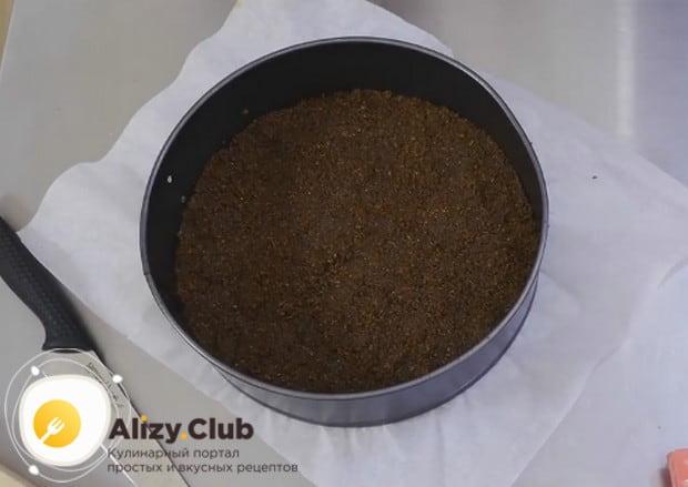 В разъемной форме для выпечки формируем из песочной массы основу для чизкейка.