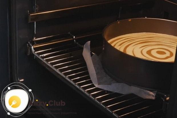 Оправляем чизкейк в духовку, выпекая его на решетке, под которой надо установить противень с горячей водой.