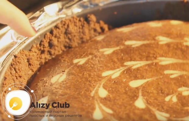 Сырная масса готового десерта хорошо соединена с песочными бортиками и основой.