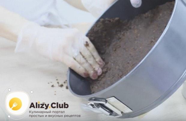 Формируем также бортики и помещаем форму с песочной основой в холодильник.